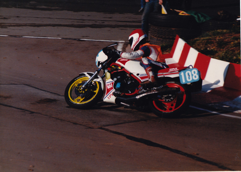 350 Production racing at Mallory Park in 1986. Yamaha RD350 YPVS