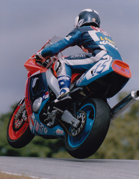 Over the mountain at Cadwell Park. 1995 British Supersport Championship. Yamaha FZR600R