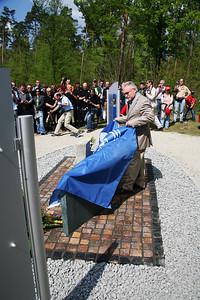 The Mayor of Hockenheim unveils the Memorial.