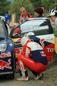 Miko Hirvonen talks with Michele Mouton, while Jarmo Lehtinen checks tyre pressures, Citroen DS3 WRC, Qualifying.