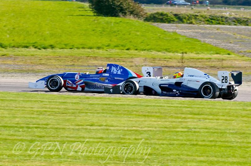 Jack Piper (Welch Motorsport) comes under attack from Andrew Jarman (SWB Motorsport) - Protyre Formula Renault BARC Championship