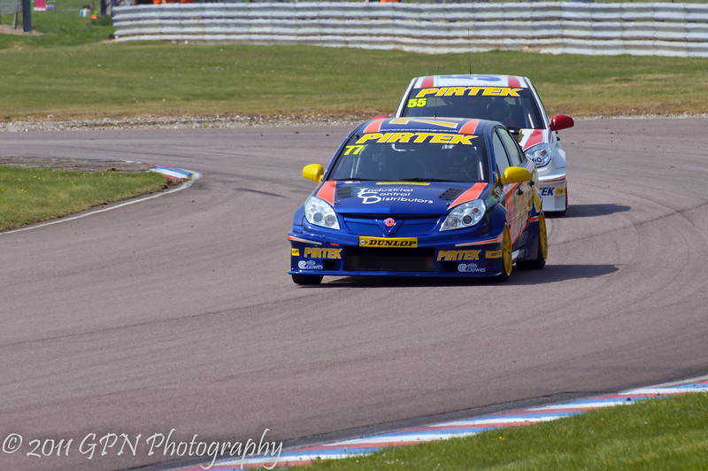 Andrew Jordan (Vauxhall Vectra) leads Jeff Smith (Vauxhall Vectra) - MSA British Touring Car Championship
