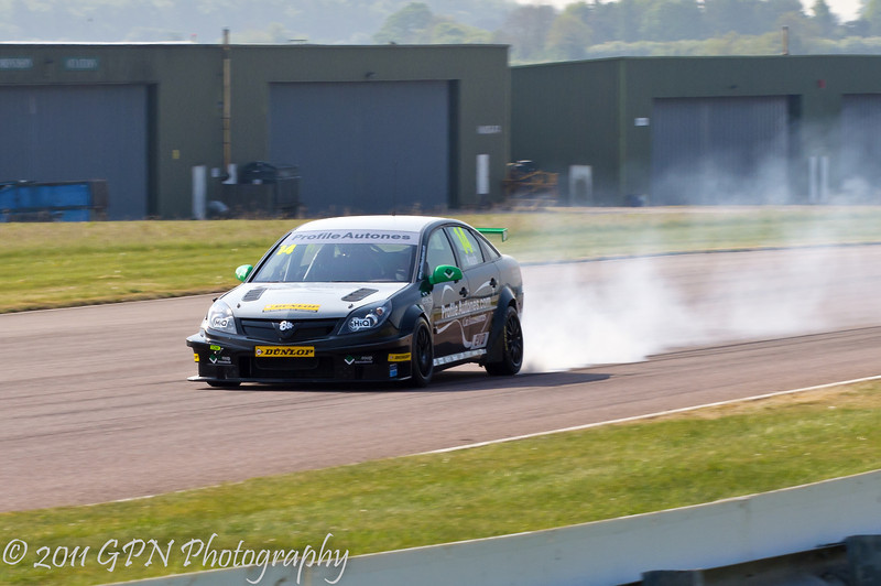James Nash (Vauxhall Vectra) locks up - MSA British Touring Car Championship