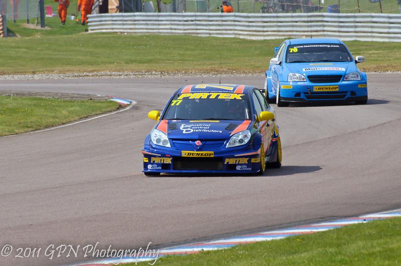 Andrew Jordan (Vauxhall Vectra) leads Chris James (Chevrolet Lacetti) - MSA British Touring Car Championship