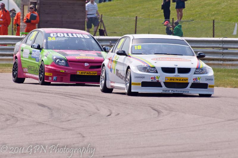 Nick Foster (BMW 320si) leads Tony Gilham (Vauxhall Vectra) - MSA British Touring Car Championship