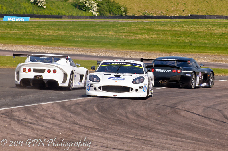Jake Hill (Ginetta G50) points the wrong way, while Louise Richardson (Ginetta G50) & Alistair James (Ginetta G55) pass by - Ginetta GT Supercup