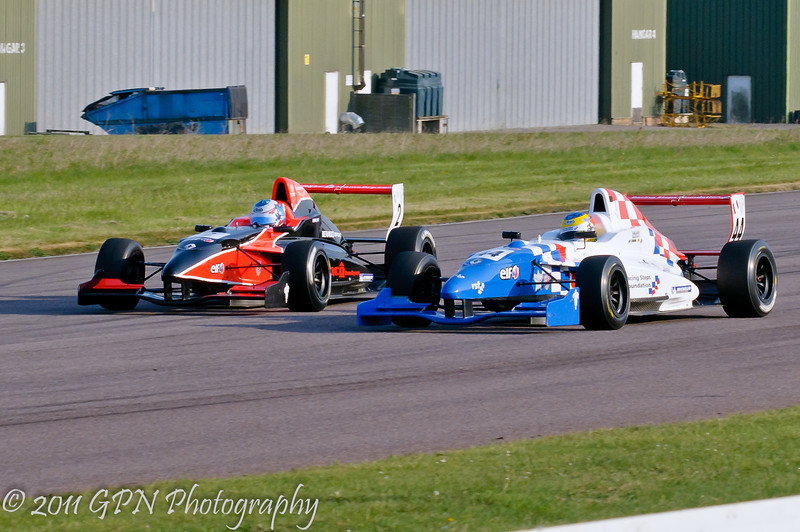 Oliver Rowland goes around the outside of Ollie Millroy - Formula Renault 2.0 UK Championship