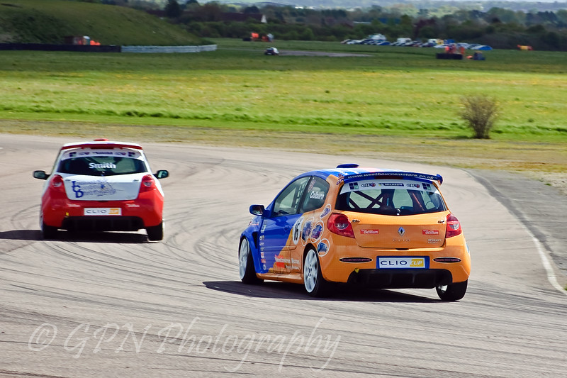 James Colburn chases Jeff Smith (Renault Clio Cup)