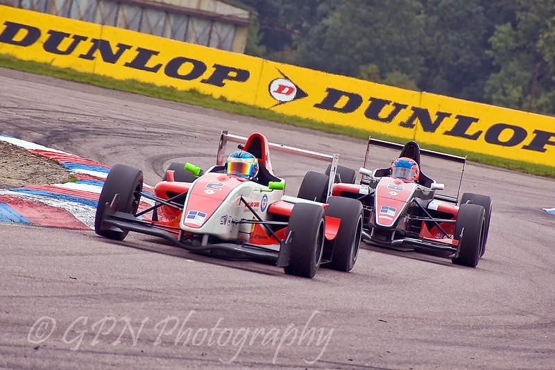Dean Smith chased by Nathan Caratti (Formula Renault)