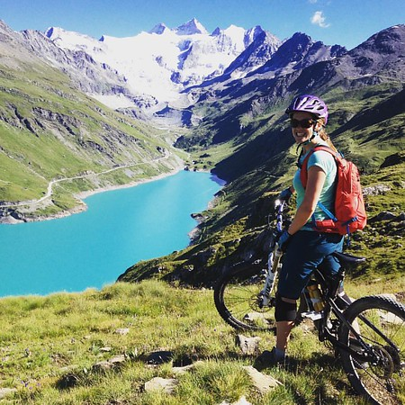 The zoooom down to the incredible Lac de Moiry with Julie and Marcela 🍺