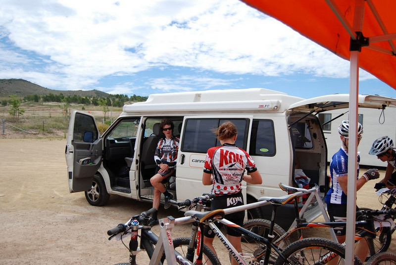 The Cannondale Van arrives just in time<br /> (Aiden, Anna, Wazza & Glen in picture)