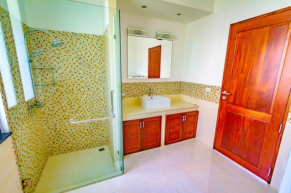 The Mountain House Villa Upper Level Shared bathroom