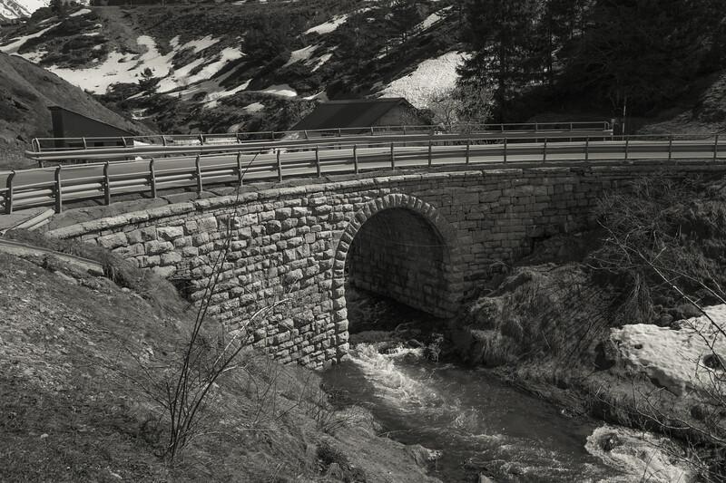 Río Aragón  y camino de Santiago, a su paso por Candanchú.