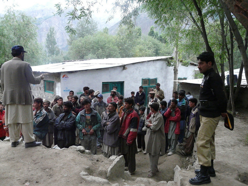 giving instructions for the 55 porters  (Ascole)