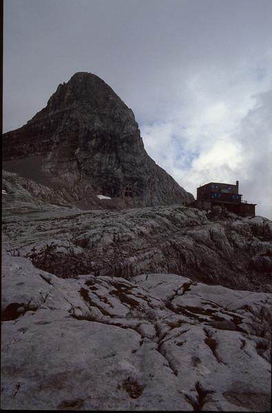 Rifugio Garbari ai XII Apostoli 2489m. (Dolomiti di Brenta)