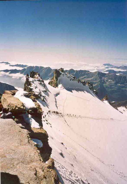 mountaineers in line for the ascent of the Gran Paradiso (Gran Paradiso, Italy 2002)