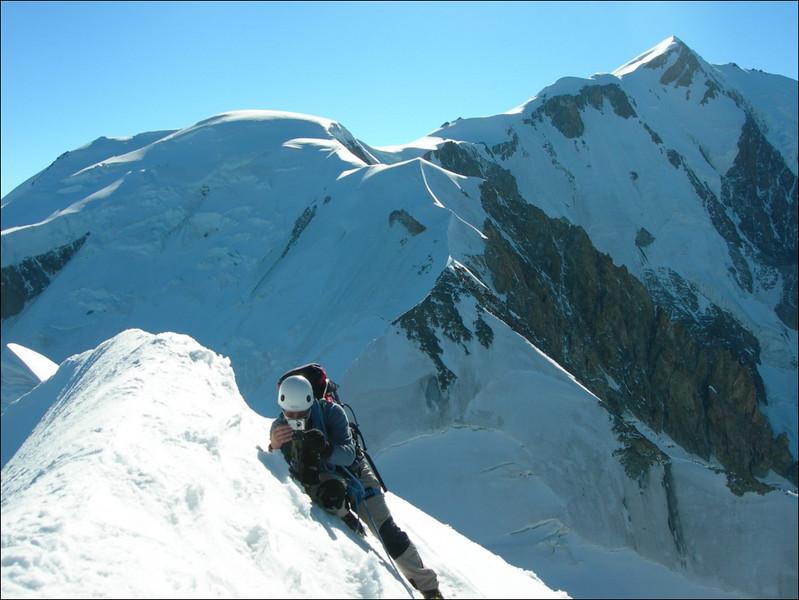 ascent Aig. de Bionnassay 4052m.preparations for making a summitphoto (montblanc2005)
