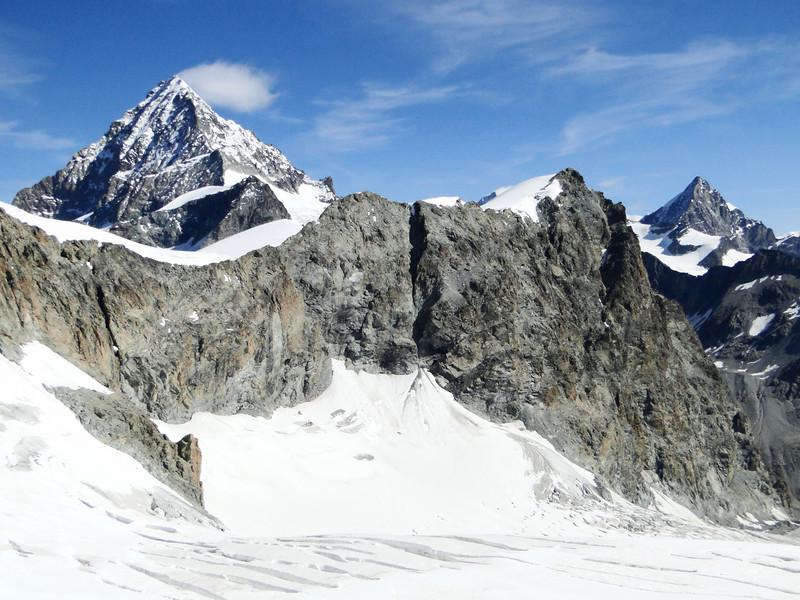 Dent Blanche 4357m and on the right Obergabelhorn 4063m. (route Schönbielhutte SAC 2694m - Cabane de la Dent Blanche CAS 3507m)