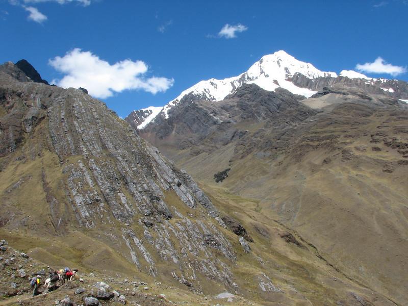 luggage transport (Peru 2009, Yuraj Machay 4000m. - Collota 4360m.pass - Safuna 4150m. Cordillera Blanca)