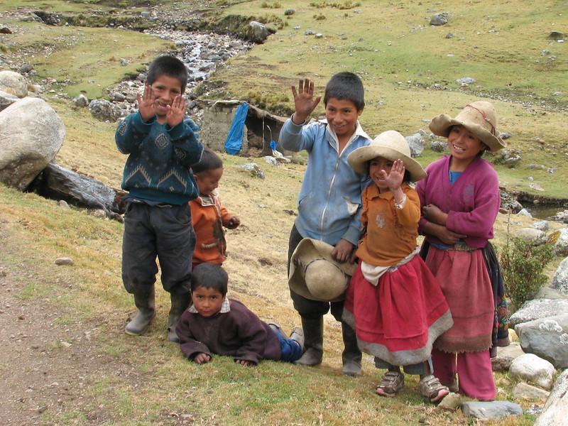 children of the village Yanacollpa (Peru 2009, Pomabamba 2950m. - pass - village Yanacollpa - Yuraj Machay 4000m. Cordillera Blanca)