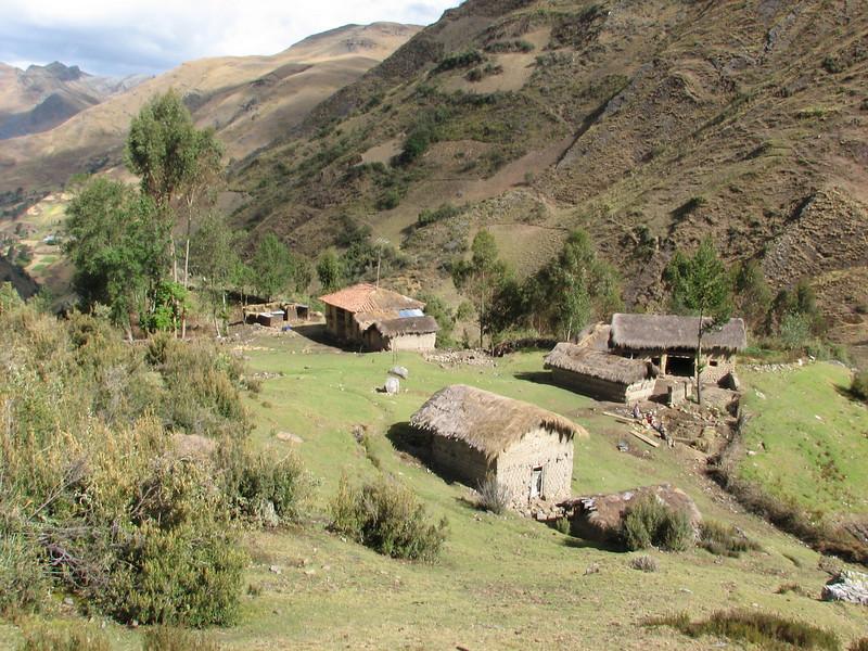 farmerhouses (Peru 2009 Tuctupampa 4100m.- Alto de Pucaraju 4650m - Ingenio 4125m. Cordillera Blanca)