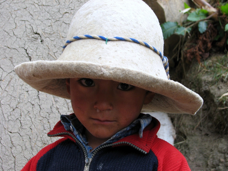 nice boy with felt hat (Peru 2009, Pomabamba 2950m. - pass - village Yanacollpa - Yuraj Machay 4000m. Cordillera Blanca)