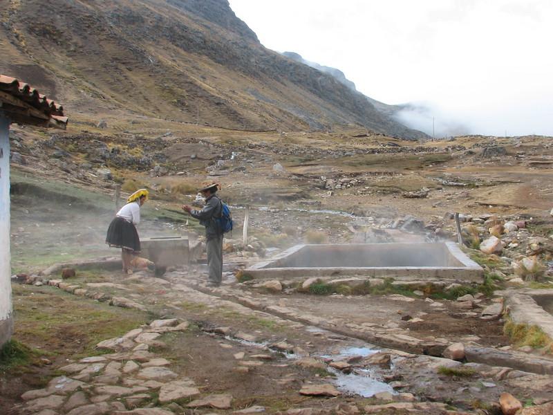 bath attendant in the bathing-place, you pay 2 Sol p.p. (0,5 Euro) (Peru 2009, Pacchanta 4300m.  Auzangate )