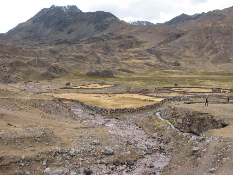 farmerhouse with enclosures (Peru 2009, Auzangatecocha 4670m - Palomapass 5130m - Cerro Puca Punta 4480m - Teclla cocha 4800m. Ausangate)