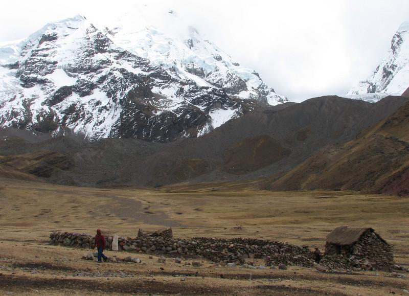 farmerhouse with enclosure (Peru 2009, Auzangatecocha 4670m - Palomapass 5130m - Cerro Puca Punta 4480m - Teclla cocha 4800m. Ausangate)