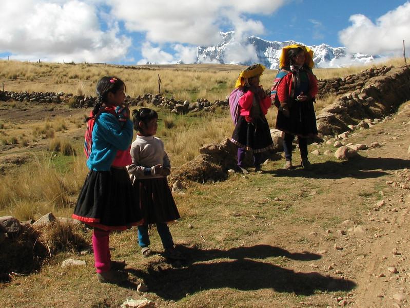 colourful clothes (Peru 2009, Tinqui 3900m - Upispampa 4450m. Auzangate)