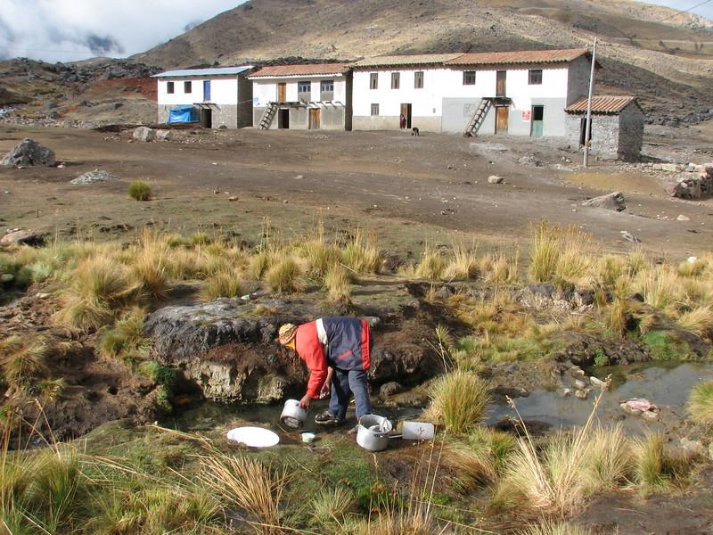 washing the dishes (Peru 2009, Pacchanta 4300m.  Auzangate)
