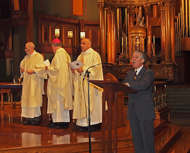 Joe De Fazio, PMA '71, Chairman of  the Mass of Remembrance Committee, leads the processional hymn.