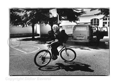 Jacques Dufilho. Moment de décontraction sur le tournage de  Pétain de Jean Marbœuf . Vichy 1993.