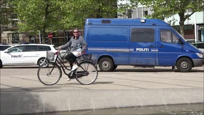 My French Bulldog Gimli gives a guided bicycle trip around in Copenhagen. Video: Martin Bager.