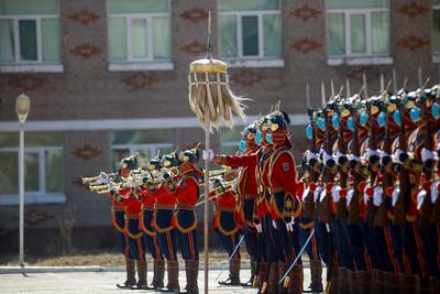 """2021 оны тавдугаар сарын 9.  ОРЧИН ЦАГИЙН ЗЭВСЭГТ ХҮЧНИЙ ТҮҮХТ 100 ЖИЛИЙН ОЙН БАЯРЫН ХУРАЛ БОЛЛОО Аугаа их Эх орны дайны ялалтын 76 жилийн ойн энэ өдөр Батлан хамгаалах асуудал эрхэлсэн төрийн захиргааны төв байгууллагын 110, Монгол Улсад орчин цагийн Зэвсэгт хүчин үүсэн байгуулагдсаны түүхт 100 жилийн ойн баяр давхар тохиолоо. """"Монгол цэргийн өдөр""""-өөр буюу 3 дугаар сарын 18-ны өдөр цар тахлын нөхцөл байдлаас үүдэж, хорио цээрийн дэглэмтэй холбогдуулан түүхт 100 жилийн ойн баярын хурал, шагнал гардуулах арга хэмжээг зохион байгуулж чадаагүй билээ.  Зэвсэгт хүчний Сургалтын нэгдсэн төвд зохион байгуулагдсан энэхүү ёслолын арга хэмжээнд Монгол Улсын Ерөнхийлөгч, Зэвсэгт хүчний Ерөнхий командлагч Х.Баттулга оролцож, Монгол Улсын Зэвсэгт хүчний нийт бие бүрэлдэхүүнд түүхт 100 жилийн ойн баярын мэнд дэвшүүлж, төрийн дээд одон медалиар шагнасан юм. Монгол Улсын Ерөнхийлөгчийг Зэвсэгт хүчний 032 дугаар ангийн Хүндэт харуул ёслол төгөлдөр угтан авсны дараа баярын хурал болон шагнал гардуулах ёслол эхэлсэн юм. Баярын хурлыг нээж, Засгийн газрын гишүүн, Батлан хамгаалахын сайд Г.Сайханбаяр хэлсэн үгэндээ """"Монгол Улсын эрт, эдүгээ, ирээдүй гурван цагийн хэлхээс түүх нь монгол цэргийн түүхтэй салшгүй холбоотой. Эртний Хүннү улс болоод Эзэн Чингисийн эрэлхэг баатрууд, Манжийн дарлалыг эсэргүүцсэн ард түмний тэмцэл, хөдөлгөөн, тусгаар тогтнолоо дэлхий дахинаа тунхаглан зарласан Ардын хувьсгал, газар нутгийнхаа халдашгүй дархан байдлыг хамгаалан дайтсан Халхын голын байлдаан,  Чөлөөлөх дайн, Баруун хилийн тулгаралтуудын түүхэн ялалт, баатарлаг гавьяа, эх орныхоо энх цагийн бүтээн байгуулалт, даян дэлхийн энхийн үйлст оруулж байгаа хувь нэмэр нь Монгол Улсын цэрэг, армийн түүхийн нэгээхэн хэсэг. Манай алба хаагчид өнгөрсөн зуунаас эдүгээг хүртэлх хугацаанд эх орноо батлан хамгаалах нэн хариуцлагатай бөгөөд нэр хүндтэй үүргийг амжилттай гүйцэтгэж, эх орныхоо нэр хүндийг олон улсын тавцанд өндөрт өргөж, эх дэлхийн энх тайван, амар амгаланг тогтоох үйлсэд эр зориг, тэсвэр тэвчээр, мэ"""