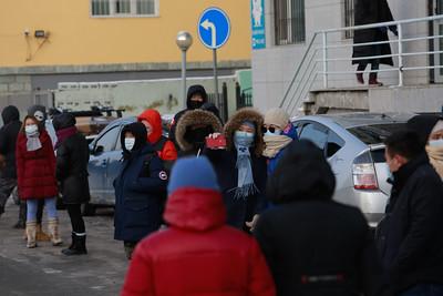 """2020 оны арваннэгдүгээр сарын 29. Улсын онцгой комисс Улаанбаатар хот, орон нутагт хязгаарлалтын дэглэмд байгаа иргэдийг 2020 оны 12 дугаар сарын 01-нээс 12 дугаар сарын 10-ны хооронд багтаан нутаг буцаахаар шийдвэрлэсэн. Монгол Улсын Шадар сайд Я.Содбаатар тушаал гарган """"Зорчигч тээврийг зохицуулах түр журам""""-ыг батлаад байна. Энэ дагуу Улаанбаатар хотоос явах, орон нутгаас Улаанбаатар хот руу ирэх иргэдийг http://www.119.mn вебсайтаар бүртгэж эхэллээ. 2020 оны 11 дүгээр сарын 26-ны байдлаар Улаанбаатар хотоос орон нутаг руу 86 мянга орчим хүн явахаар бүртгүүлсний 30 гаруй мянга нь оюутан байна. Иргэдийн 70 хувь нь нийтийн тээврээр, 20 хувь нь хувийн автомашинаар, 10 хувь нь онгоцоор явахаа илэрхийлжээ. Харин орон нутгаас Улаанбаатар хот руу 5,300 гаруй иргэн ирэхээр бүртгүүлээд байна. ГЭРЭЛ ЗУРГИЙГ Д.ЗАНДАНБАТ/MPA"""