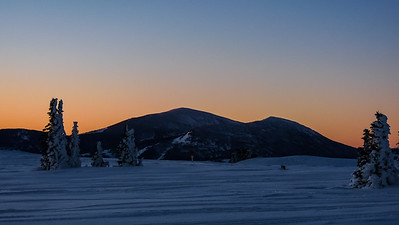 The east ridges of Cache Peak and Mt. Independence catch some morning sun.