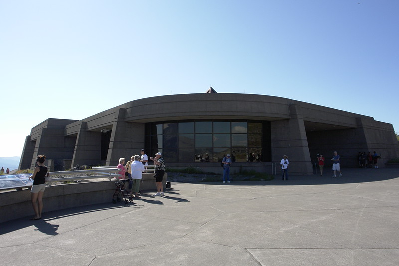 Johnston Ridge Visitor Center with direct view to the crater in 5km distance to the left.