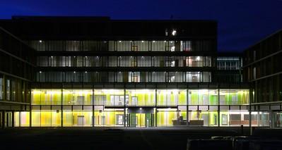 Ausschnitt der Magistrale mit der Farbwand im Eingangsbereich bei Nacht. Foto: Burghard Müller-Dannhausen