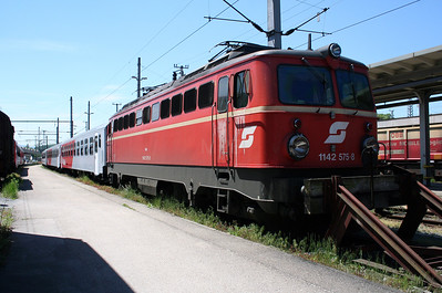 1142 575 at Attnang Puchheim on 26th May 2005