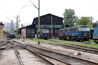 1) Floyd, 450 005 & 450 001 at Budapest Keleti Floyd Depot on 7th October 2013