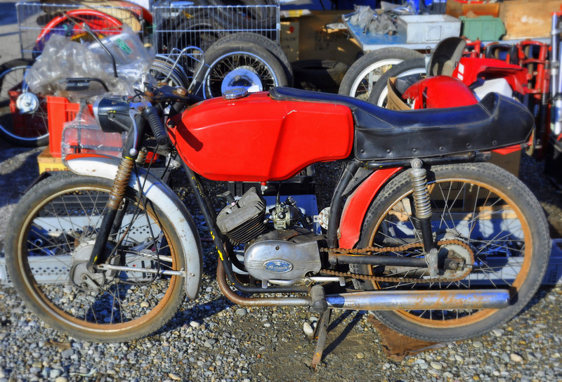 Little bikes were an industry in Italy for many years. This 50cc Malagutti, while needing a restoration to display it's full little bike sexiness, is a good example of the sort of gems hidden in the Novegro junk pile