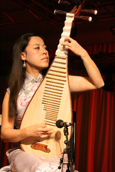 Cheng Yu playing the Pipa