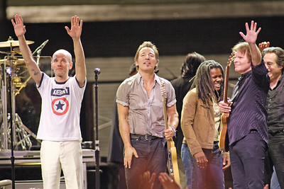 MICHAEL STIPE OF REM, TRACY CHAPMAN, BRUCE SPRINGSTEEN, JOHN FOGERTY AND MAX WEINGERG GIVE A CLOSING WAVE TO THE AUDIENCE AT ORLANDO VOTE FOR CHANGE CONCERT