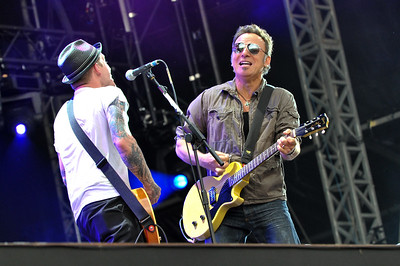 Bruce Springsteen performs on stage with The Gaslight Anthem @ Hard Rock Calling 2009 - 28/06/09