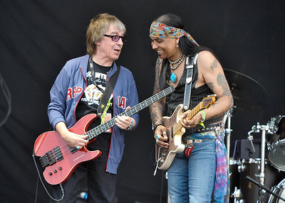 Micki Free performs with Bill Wyman at Hard Rock Calling 2010 - 26/06/10