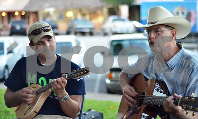 Justin Velten and Dick Moorehead jam outside of the Henderson County Courthouse. (Victor Texcucano)