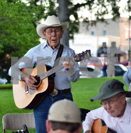 Dale Lane leads a makeshift group of musicians in a jam session outside of the Henderson County Courthouse in downtown Athens. (Victor Texcucano)