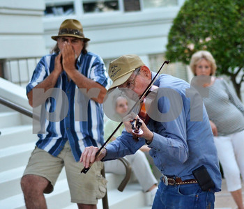 Bill Maye, who said he has been coming to the jam sessions for more than 20 years, leads a group of musicians with his fiddle. (Victor Texcucano)