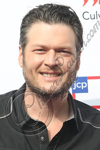 CULVER CITY, CA - DECEMBER 08:  Musician Blake Shelton arrives at the JCPenney 12 day holiday giving tour performance at JCPenney on December 8, 2012 in Culver City, California.  (Photo by Chelsea Lauren/WireImage)